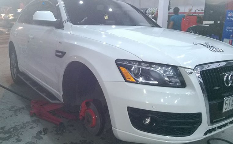 Lắp đặt cảm biến áp suất lốp xe Audi Q5