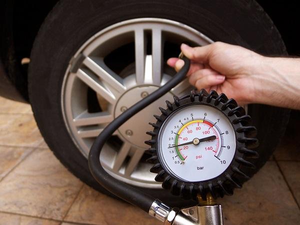 kiểm tra áp suất lốp ô tô
