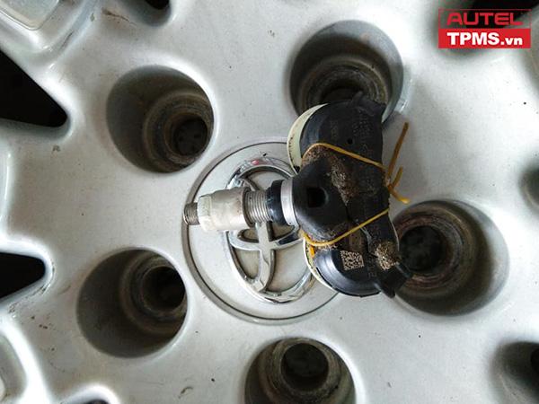 Lắp đặt cảm biến áp suất lốp Toyota Sienna 2013
