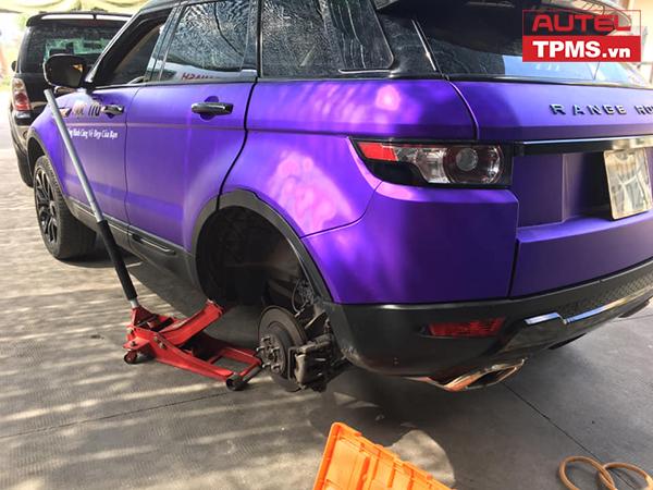 Cài đặt cảm biến áp suất lốp Range Rover Evoque