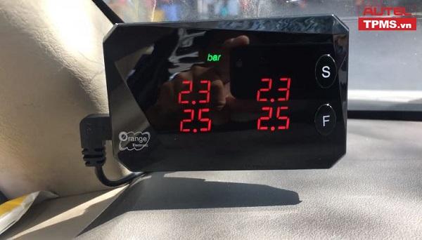 Lắp đặt bộ cảm biến áp suất lốp cho Toyota Innova