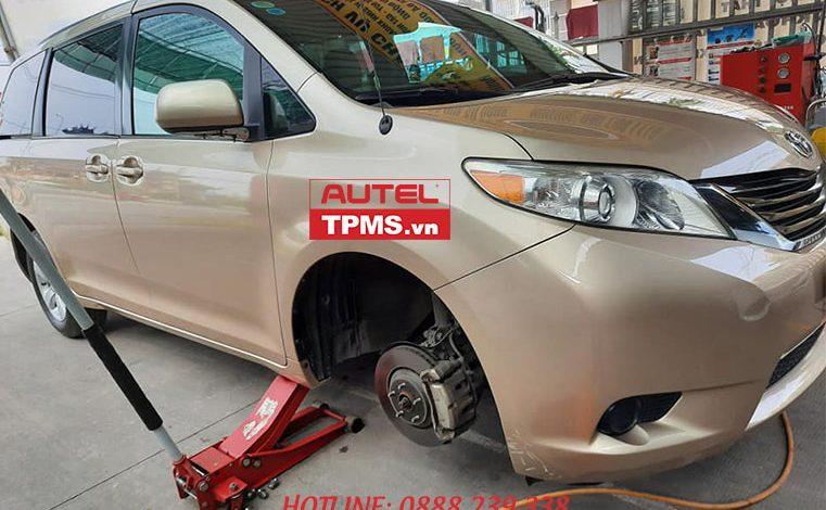 Thay cảm biến áp suất lốp Toyota Sienna 2011