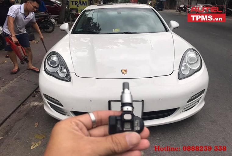 lap-cam-bien-ap-suat-lop-Porsche-2011-1